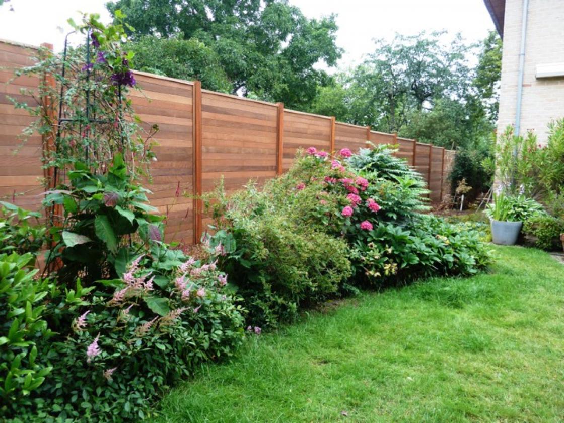 Door te kiezen voor tuinschermen in hardhout ben je zeker van een duurzame afsluiting van je eigendom.