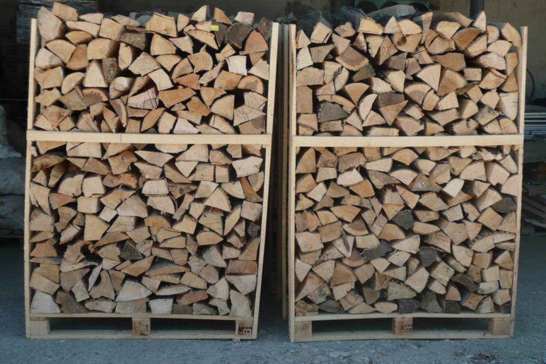 Choosing high quality firewood.